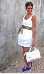 Kraliyet mavisi ayakkabı ile beyaz kıyafet kombini