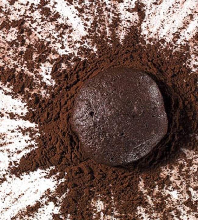 Tyto čokoládové sušenky mají báječně plnou chuť. Díky kakau chutnají jako tmavá čokoláda, obsahují naprosté minimum tuku a jsou vhodné i pro diabetiky. Jedna sušenka má pouhých cca 24 kalorií. Jejich příprava je neskutečně snadná a rychlá. Co se týče vhodnosti pro diabetiky: Samozřejmě není možné sníst na posezení celou dávku, jelikož sušenky obsahují cukr.