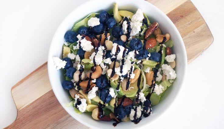 Salade met geitenkaas, blauwe bessen, nootjes, avocado en kip