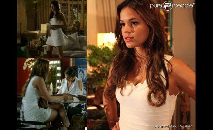 Luiza (Bruna Marquezine) foi ao recital de Laerte (Gabriel Braga Nunes) com um vestido branco justo e com babados em forma de ondas, na…
