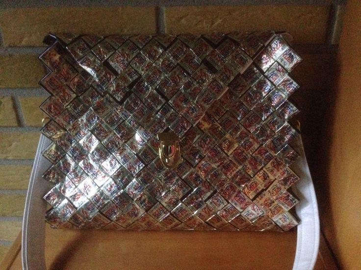 Taske flettet af kopipapir med på tapet papiret fra Toms guldkaramel