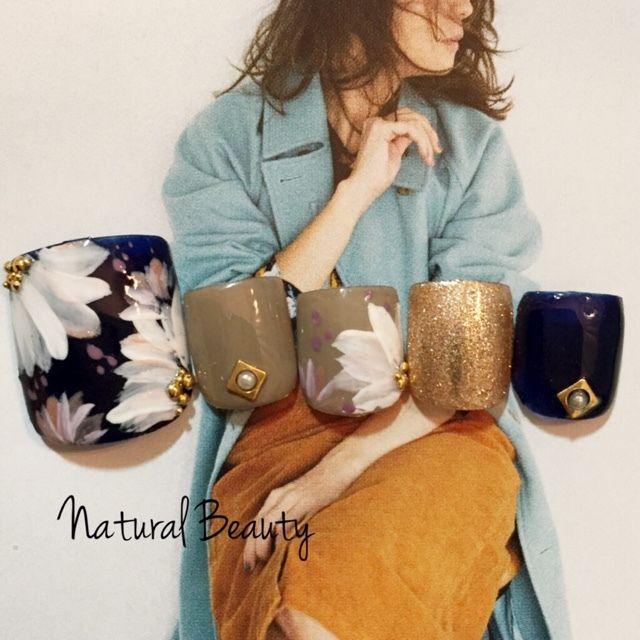 大人女子なネイビーフラワーネイル♡ #フラワー #グレージュ #ゴールド #秋 #冬 #ネイビー #ジェルネイル #チップ #フット #ショート #naturalbeauty #ネイルブック