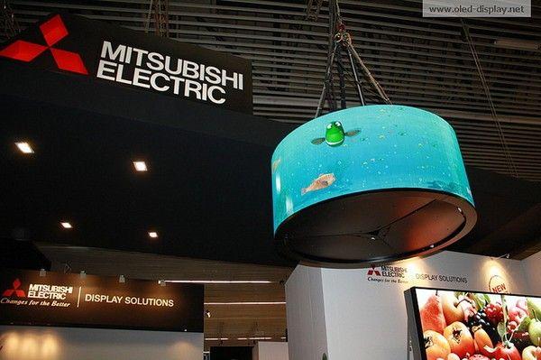 원통형과 평면(우측 하단)의 OLED 디스플레이
