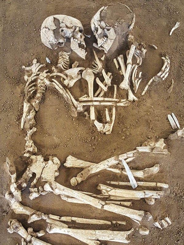 Dit Skelettenstel Heeft Elkaar Al Ruim Zesduizend Jaar In De Armen Gesloten En Is Een Echt Voorbeeld Van Eeuwige Liefde