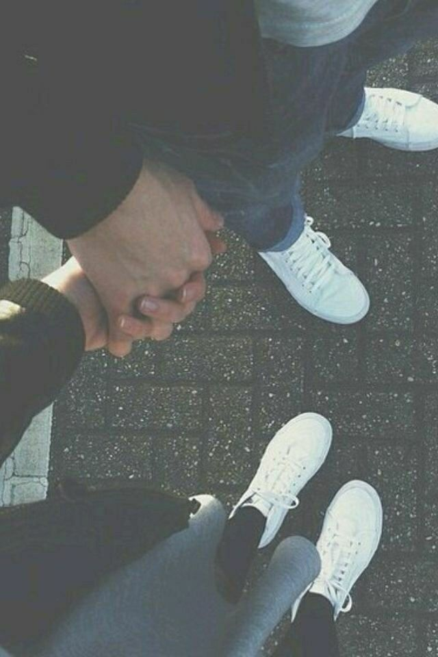 Genggam tanganku bersama jatuh cinta..