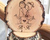 Artículos similares a Rústico pastel de cumpleaños, amor pareja, madera Topper, Topper personalizado, boda granero, Topper personalizado, grabado de cumpleaños en Etsy