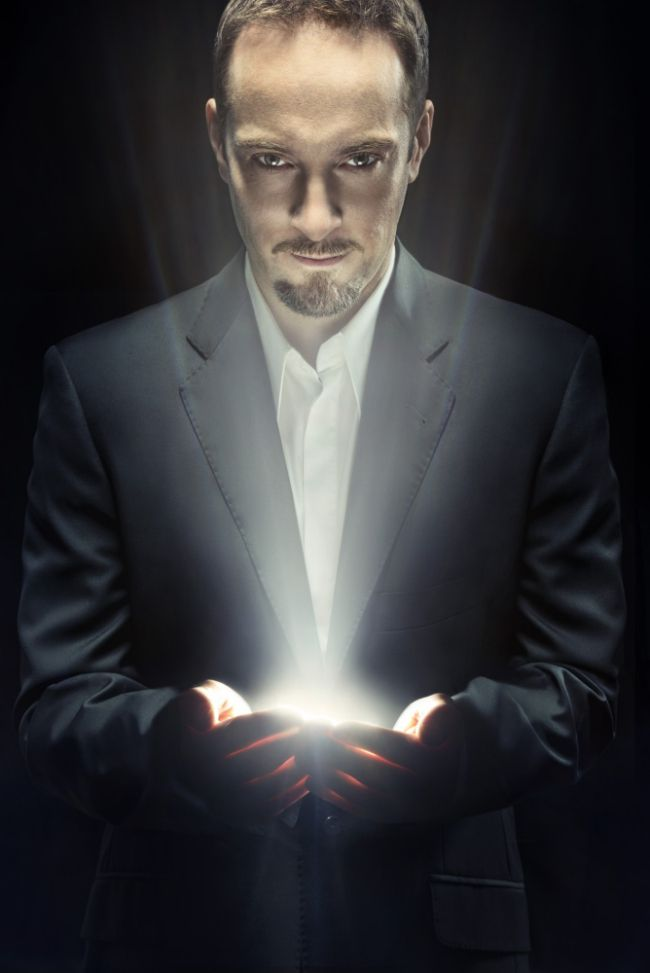Derren Brown - Hypnotist, Illusionist, Body language reader, Physchologist, Entertainer and major mind fucker with cool