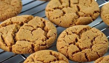 Gingersnaps är riktiga klassiker i det amerikanska köket – små, söta kakor som smaksatts med ingefära och rullats i socker före gräddning – och som påminner om våra pepparkakor.…