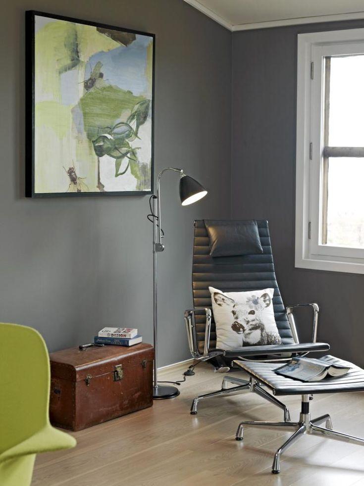 I et hj�rne i stuen, adskilt fra sofagruppen og spisebordet, er det etablert en komfortabel lesekrok. Stolen heter Aluminium Chair EA 124, kisten er et arvestykke, og maleriet er signert Camilla Fonneland-Sandberg.