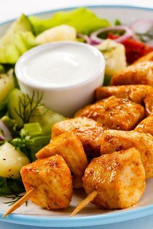 Magere, gegrillte Hähnchenbrust-Spieße mit leckerem Salat und Joghurt-Dip