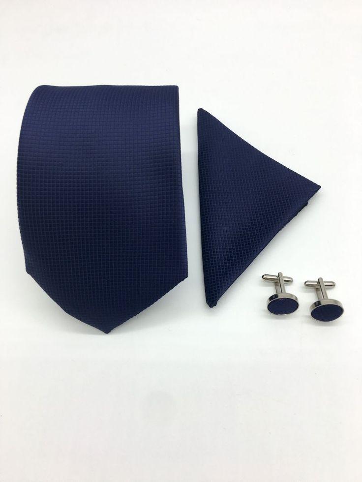Daca esti adeptul stilului clasic, atunci cu siguranta iti surade ideea sa asociezi la costumul tau de nunta niste accesorii de culoare bleumarin, cum ar fi cravata, batista si butoni camasa. Vei arata irezistibil!   Poti purta accesoriile din set impreuna sau separat, iar daca vrei,...