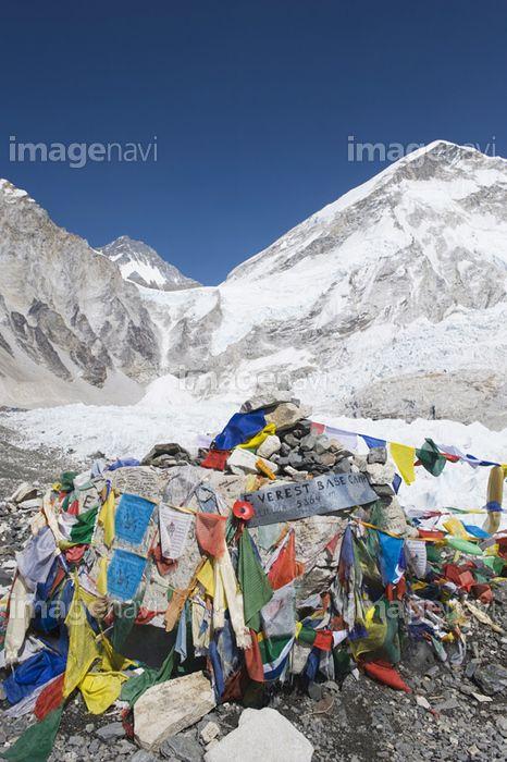 タルチョがカラフル。ヒマラヤ山脈の見所。