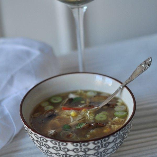 Hot and sour soup med kylling, mais og kinakål