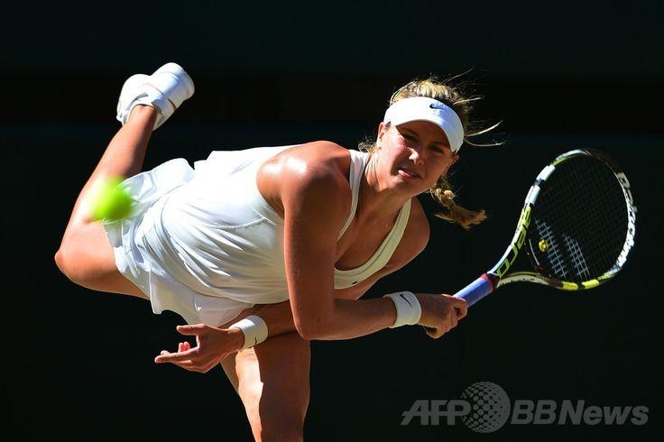 テニス、ウィンブルドン選手権(The Championships Wimbledon 2014)女子シングルス準決勝。サーブを放つユージェニー・ブシャール(Eugenie Bouchard、2014年7月3日撮影)。(c)AFP/CARL COURT ▼4Jul2014AFP|ブシャールがカナダの期待背負い決勝へ、ウィンブルドン選手権 http://www.afpbb.com/articles/-/3019588 #The_Championships_Wimbledon_2014 #Eugenie_Bouchard