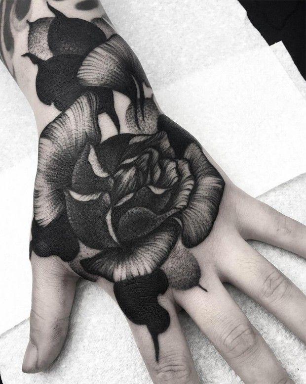 Kelly Violet (aka Kelly Violence) est une artiste tatoueuse qui évolue dans le milieu depuis 15 ans déjà. Elle a commencé à seulement 19 ans, sans apprentissage, un ami de son père était tatoueur et lui a enseigné les bases. Depuis, elle a fait beaucoup de chemin et travaille aujourd'hui au studio Parliament Tattoo à Londres.  Ça fait un moment que je suis son travail sur Instagram, il était donc logique de vous la présenter. Ses créations oscillent entre fleurs, animaux, crânes et thèmes...