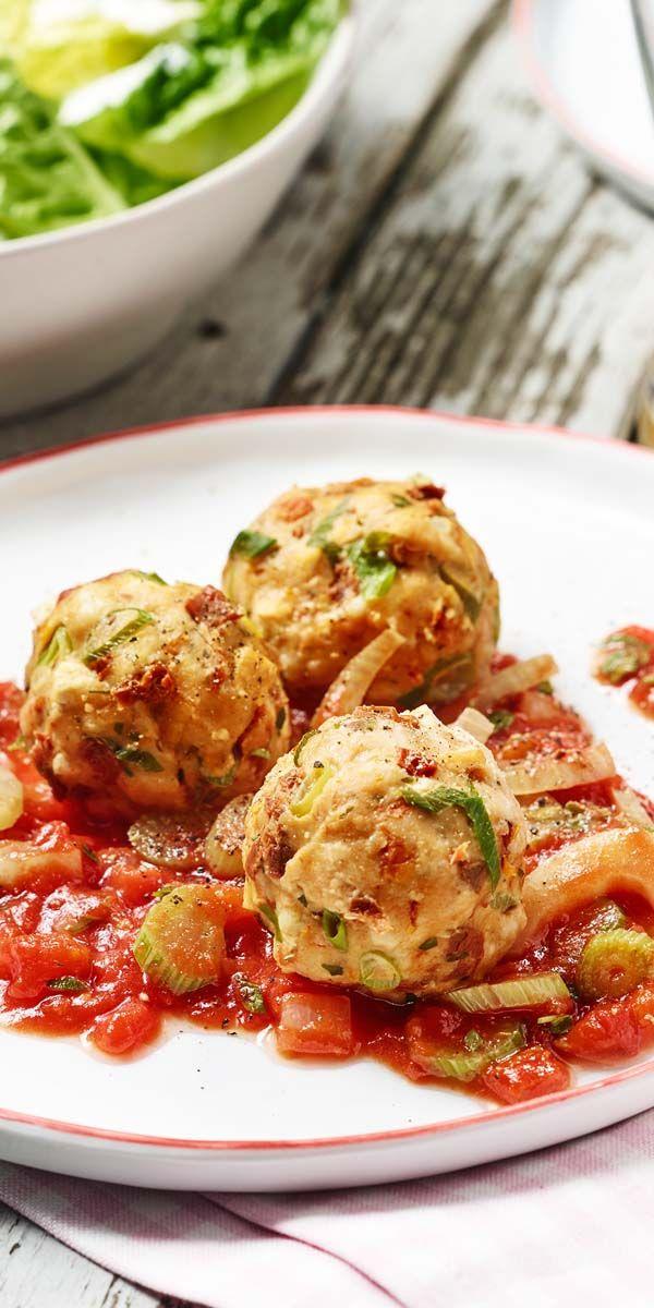 Eine außergewöhnlich köstliche Kombination: vegane Semmelknödel mit einem leckeren Tomaten-Fenchel-Sugo!