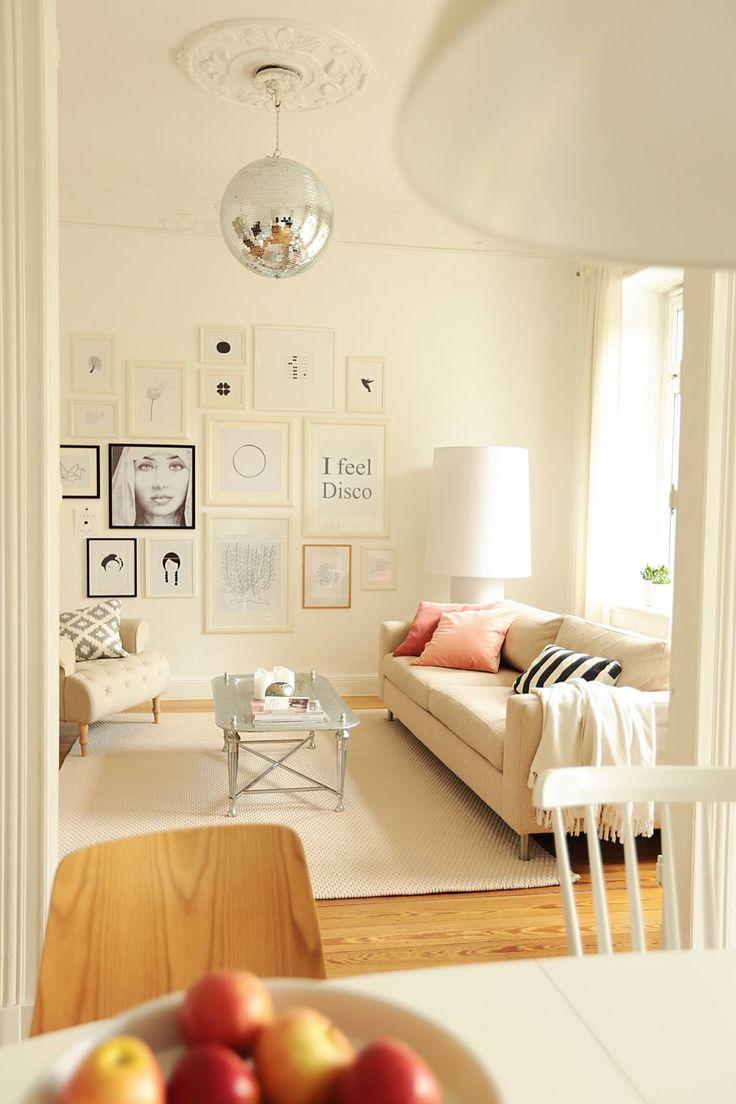 Wohnzimmer Hell Weiss Creme Streifen Couch Lampe Leuchte