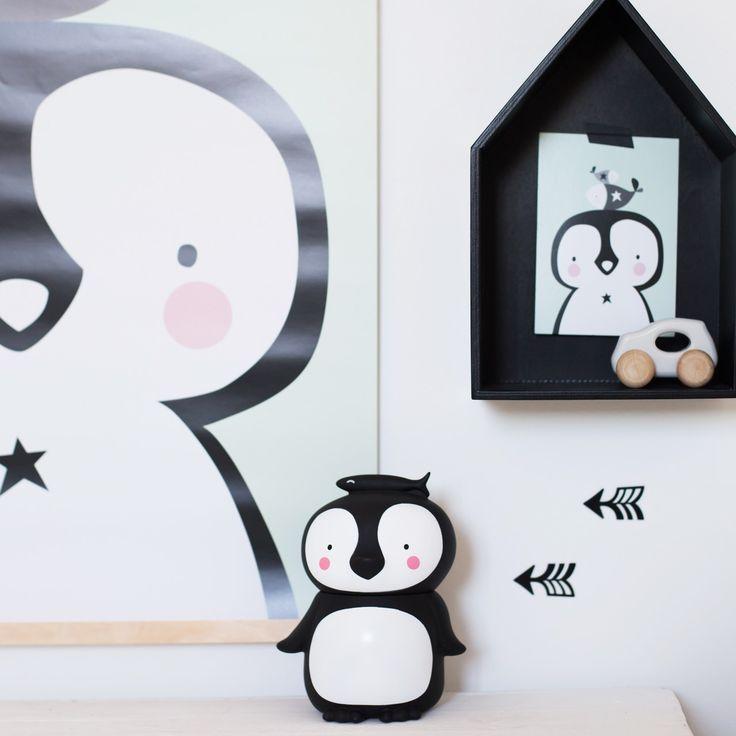 Die süße Pinguin-Spardose von A Little Lovely Company ist nicht nur ein zauberhafter Eyecatcher im Kinderzimmer, sondern auch eine super Motivation, das Taschengeld nicht gleich wieder auszugeben. Mehr Infos findet Ihr unter www.kleinefabriek.com