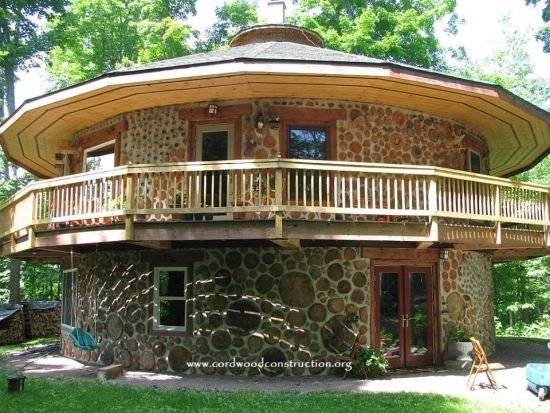 Casa din busteni cu etaj cu forma circulara