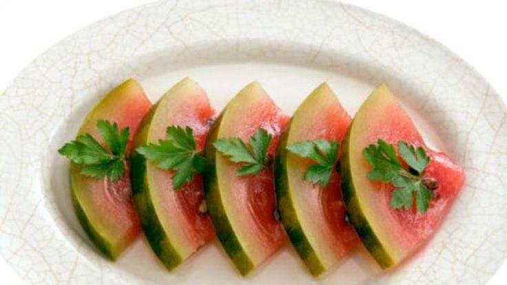 Cea mai simplă reţetă de pepene murat la borcan! Toată lumea îţi va aprecia calităţile de gospodină!