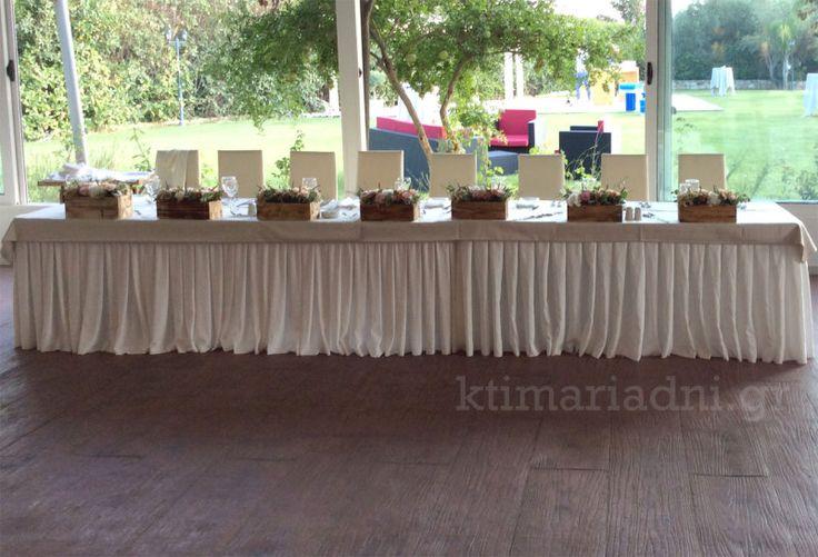 Νυφικό τραπέζι στο Κνωσσός διακοσμημένο με ξύλινα δοχεία γεμάτα με φρέσκα λουλούδια