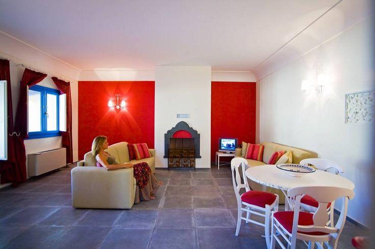 TRILOCALI DE LUXE Il trilocale de Luxe misura circa 80 mq dispone di due camere da letto matrimoniali, un bagno nella zona comune ed un bagno all'interno di una delle due camere da letto, un soggiorno - cucina con angolo cottura e divano letto, angolo lavanderia, veranda esterna attrezzata con tavolo e sedie, giardino ed ingresso privato. L'appartamento è inoltre caratterizzato da un arredamento particolarmente curato di elevata qualità.
