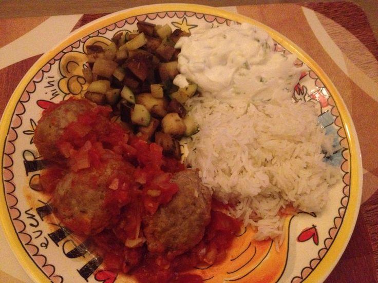 Griekse gehaktballetjes (gekruid met oa komijn) in tomatensaus, gebakken aubergine en courgette met rijst en tzatziki