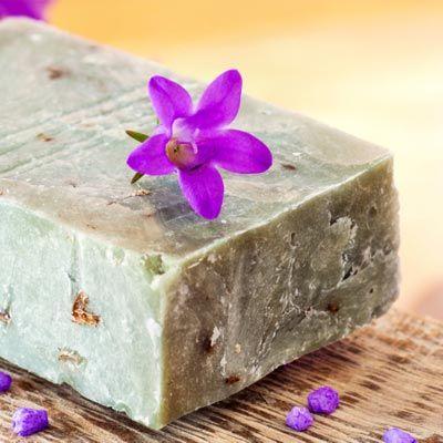 60 Rezepte zum Seifen selber machen, wie z.B. Seifen-Rezepte für Rosenseife, Duftseife, Lavendelseife, Olivenölseife ... www.ihr-wellness-magazin.de