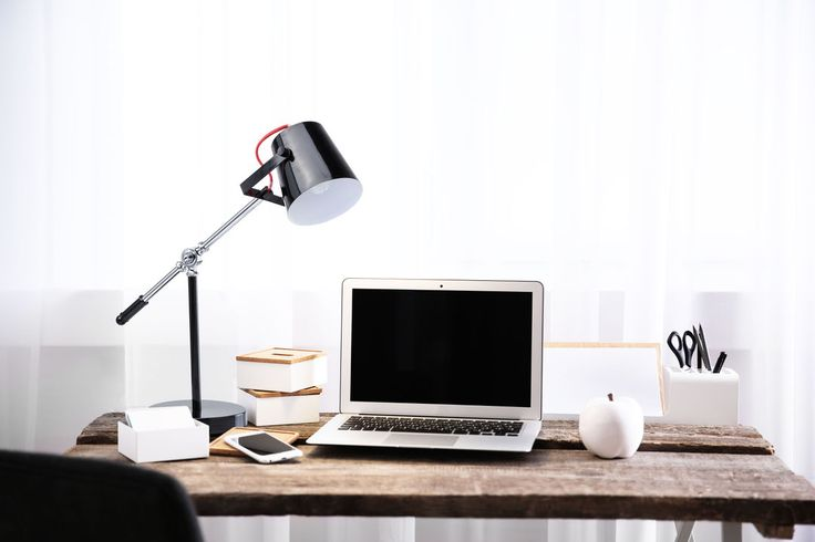 Рабочий стол в современном интерьере нуждается в стильной и функциональной подсветке. Прекрасное решение – 🌟настольная лампа АКЦЕНТ. Чёрный глянцевый тон, хромированная ножка и красный контрастный провод создают эффектный дуэт.👌 Можно менять угол наклона и направление света, обеспечивая максимально комфортное освещение.👍  В интерьере 🌟настольная лампа АКЦЕНТ: https://mw-light.ru/nastolnaya-lampa-mw-light-akcent-680030601.html 💰Цена на сайте: 7 130 рублей.  #НастольнаяЛампа…