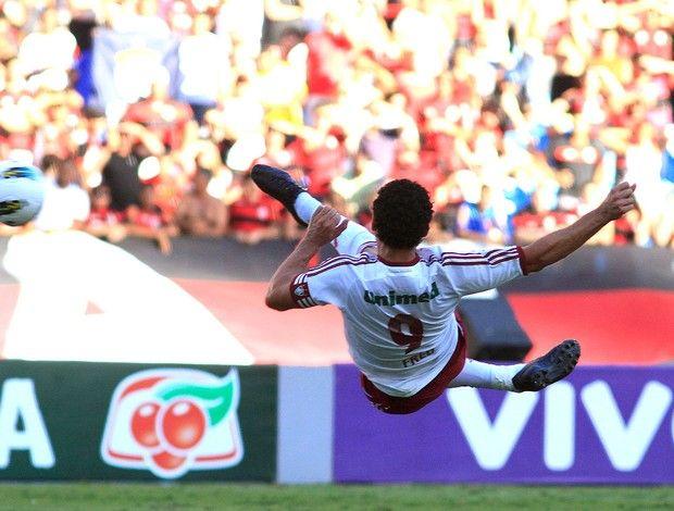 Fred de voleio contra o Flamengo.