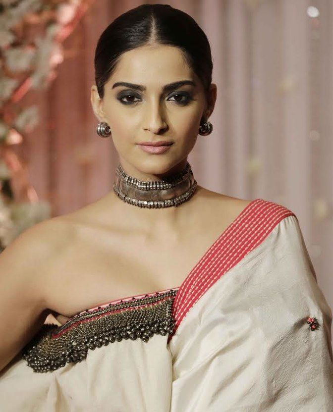Sonam Kapoor in an Amrapali Design. (Photo: Yogen Shah)