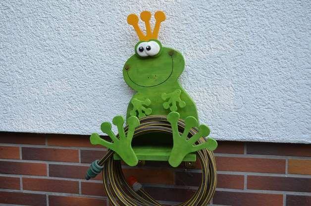 Dieser Frosch, aus Leimholz und Sperrholz gesägt, ist nicht nur eine witzige Dekoration, sondern auch ein praktischer Halter für den Gartenschlauch. Oder einfach einen Blumentopf draufsetzen und...