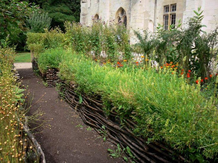 L'abbaye de Royaumont - Abbaye de Royaumont: Jardin d'inspiration médiévale (jardin des neuf carrés) et ses plantes