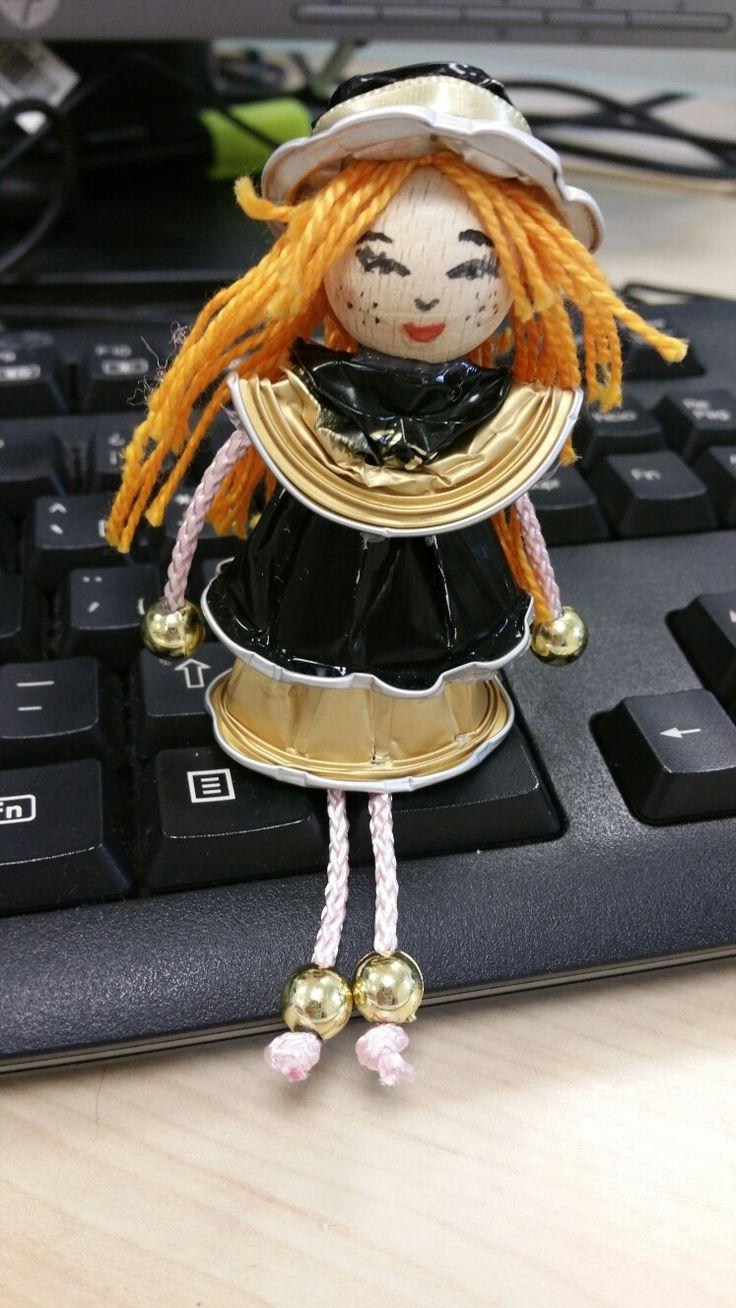 Muñeca con cápsulas de café