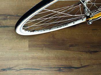El suelo de corcho HARO en el diseño Arteo y Arteo XL lleva aire fresco al mundo de los suelos de corcho con sus diseños de madera de gran autenticidad.