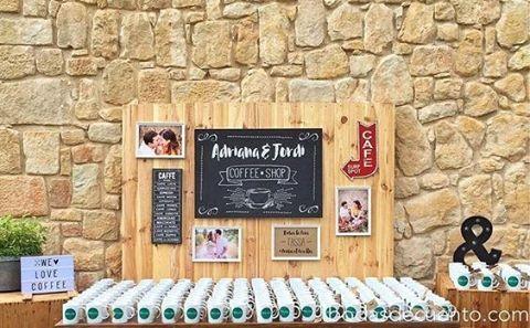 Um mapa de assentos do casamento de um casal amante do café! Com canecas super estilosas e personalizadas. Uma brilhante ideia para os coffee lovers! ☕💕 {via @bodasdecuento Instagram} #armazeminspira