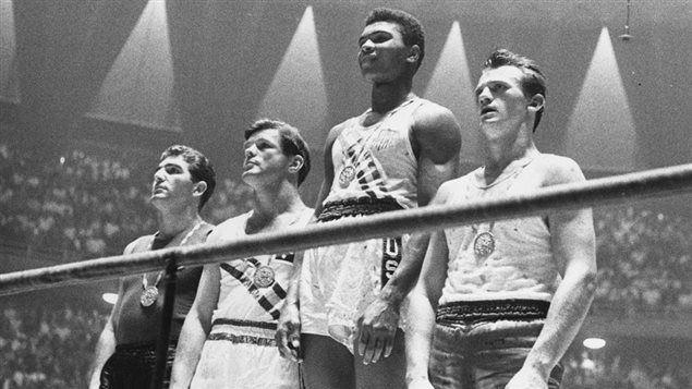« Float like a butterfly, sting like a bee. » La devise de Mohamed Ali est passée à l'histoire, tout comme le style de cet illustre boxeur, dont les prouesses ont marqué toute une génération, en plus d'inspirer des millions d'Afro-Américains.Mais au-delà de ses performances sportives, les prises de position religieuses et politiques de cet athlète à la personnalité unique en ont fait une légende qui, de son vivant, n'a laissé personne indifférent.