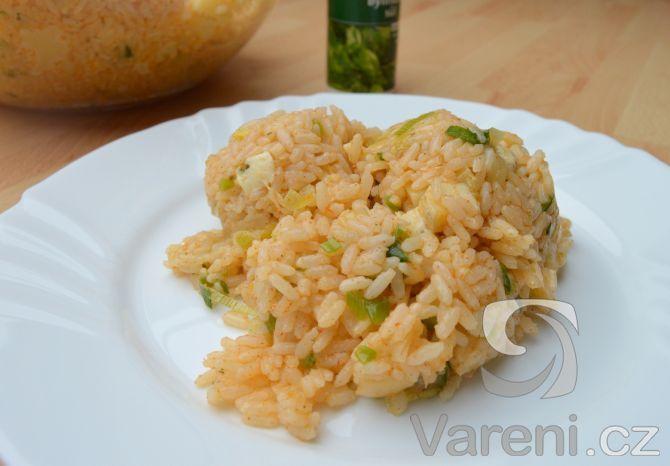 Recept na rychlý hlavní chod z rýže, trochy zeleniny a sýra.