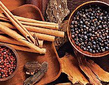 """""""Yrttimetsä"""" Ebony Oud Hypnotisoi aistit ikivanhojen puiden ja mausteiden innoittamilla aromeilla, jotka vievät ajatukset mystiseen menneisyyteen. Lämmin ja sensuelli."""