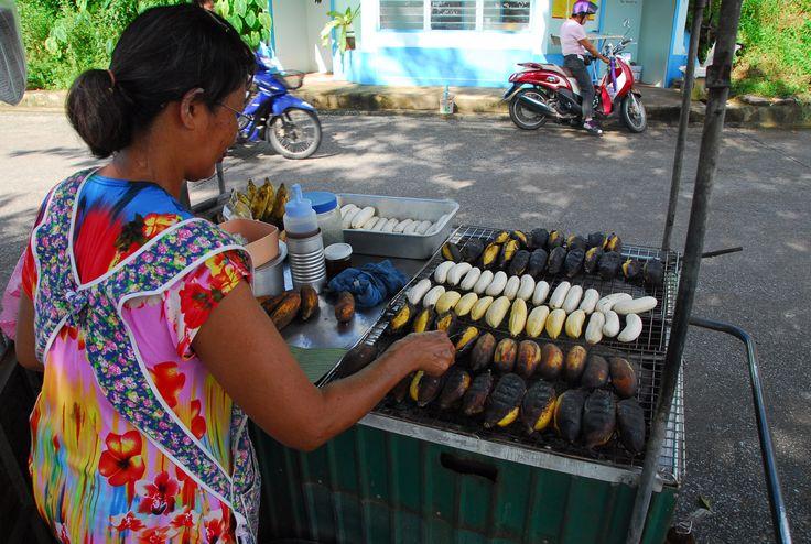 Mhmmm … gegrillte Bananen in Chanthaburi. Ein paar Baht und schon haben wir sie für den Weg zum #Flughafen in der Tasche. 🍌 #travelfood #Thailand #mpylt #Banane #Grillen #MarcoPoloYoungLineTravel