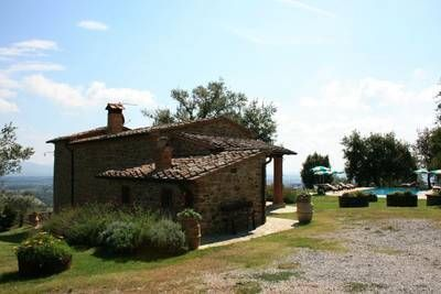 Casale per Capodanno in Toscana in offerta adatto a 8 persone, dispone di camino,TV  satellitare e parcheggio. Arezzo dista  20 km.