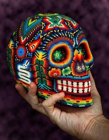 Colorful Skull cuentas del tradicional mexicana del grano del arte huichol, s�mbolo del d�a de los muertos, aislados en negro photo