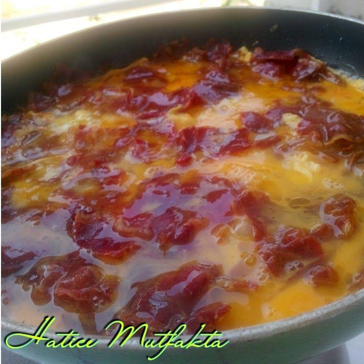 Bir kayserili olatrak pastırmalı yumurta yapmasam olmazdı :)) geç bile kaldım. Sizde haftasonu kahvaltılarınızı şenlendirmek iste...