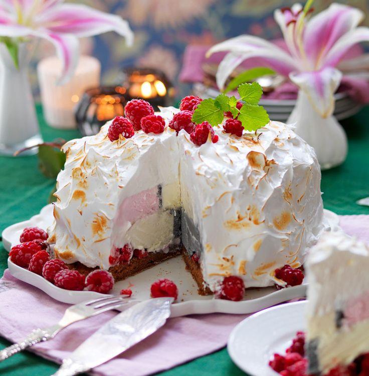 Fantastisk dessert med botten med mörk choklad, glass i mitten och söt maräng på toppen!