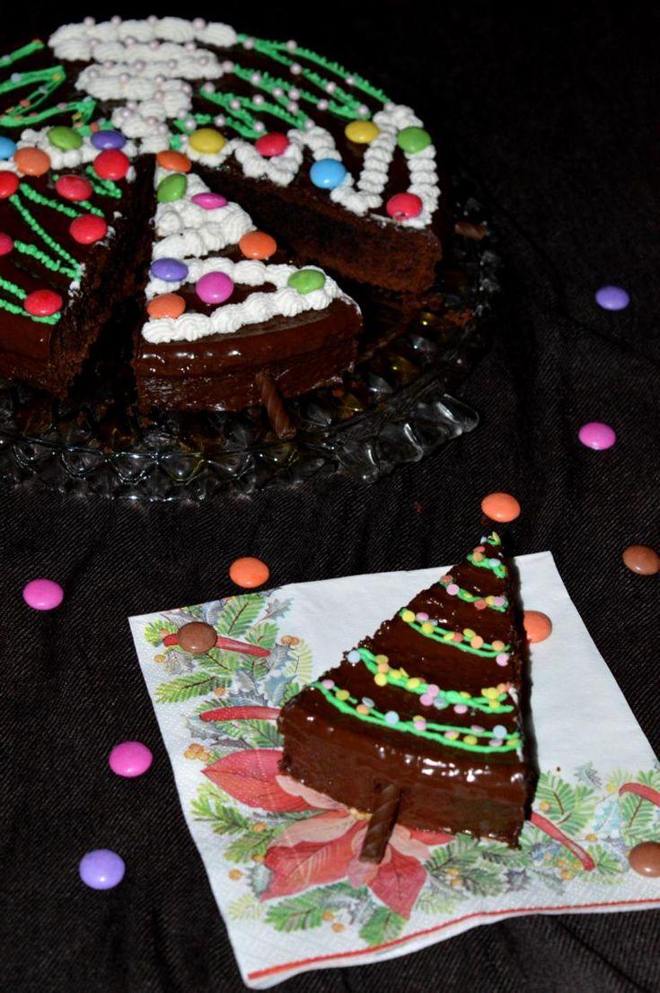 Tannenbaumkuchen. Fluffiger Schokoladenkuchen de.koriert als Tannenbäume. Cake decorated as a christmas tree