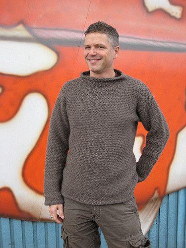 Flot sweater, der er designet som en herremodel, men også sagtens kan bruges af kvinder. Den har et nemt strukturmønster, hvilket gør den lidt anderledes.
