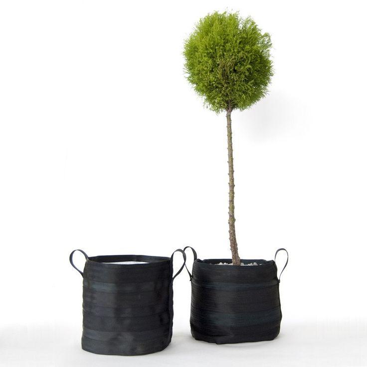 Vaso da giardino o da interno 959 model 10 medio realizzato con cinture di sicurezza riciclate e tessuto interno in poliestere. Prodotto realizzato in Italia.