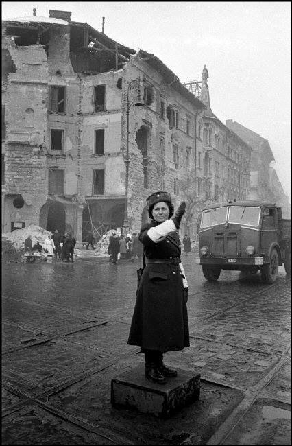 Forgalomirányítás Budapesten, 1956 Fotó: Erich Lessing
