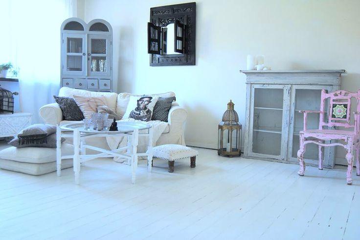 Vardagsrum , Livingroom , vitt , tine k , day home , vintage , modern , shabby chic , indiskt , vitrinskåp , skåp , vitt golv , soffbord , matrummet