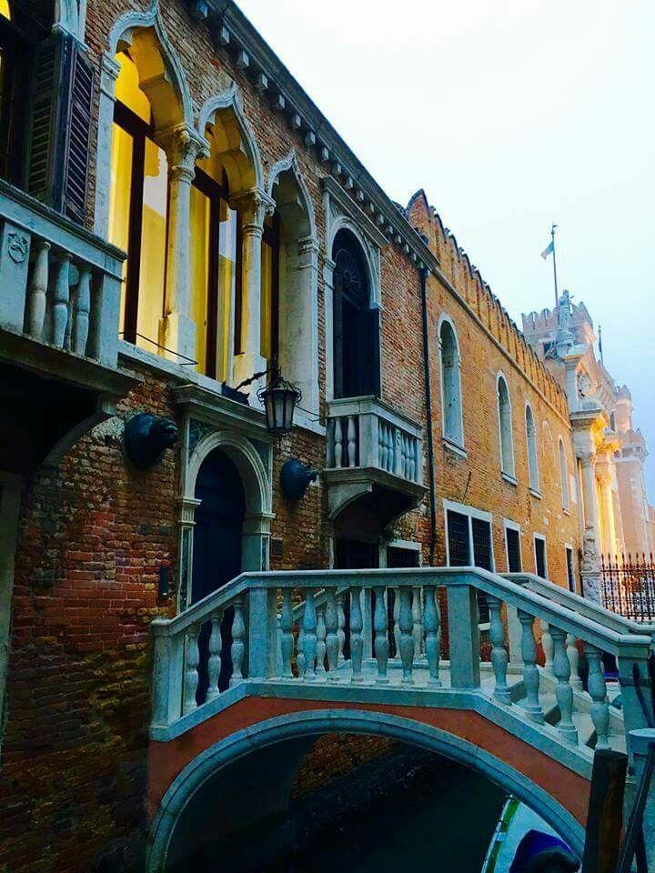 Piccoli ponti, unici,collegano antichi palazzi dal passato al presente...  Marco Contessa
